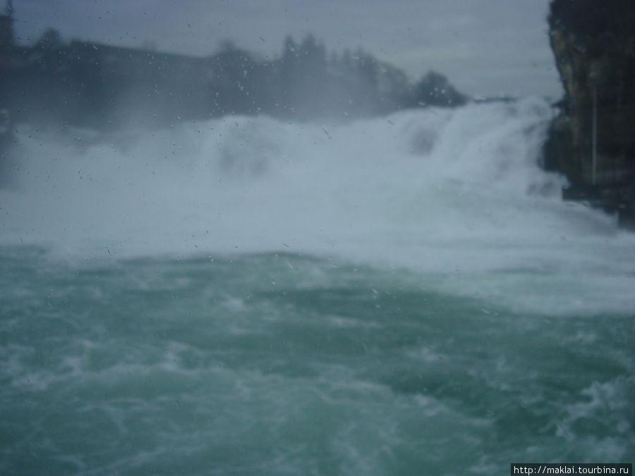 Капли от ревущего водопада оседают на объектив фотоаппарата.
