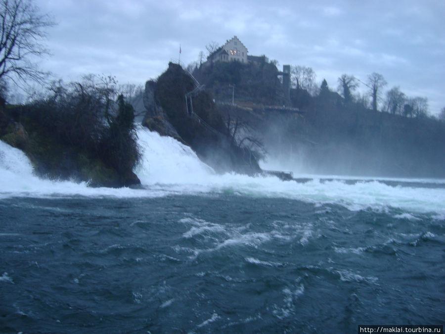 Скала посреди водопада.
