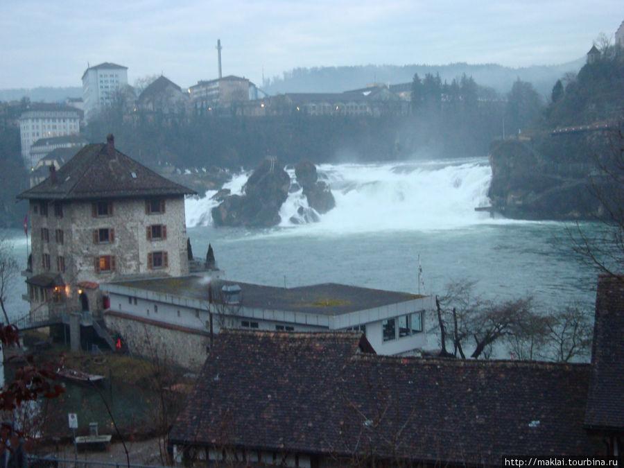 Вид Рейнского водопада по пути с парковки.
