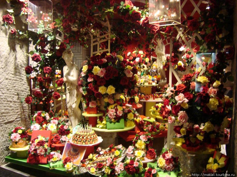 Симпатичная витрина цветочного магазина.