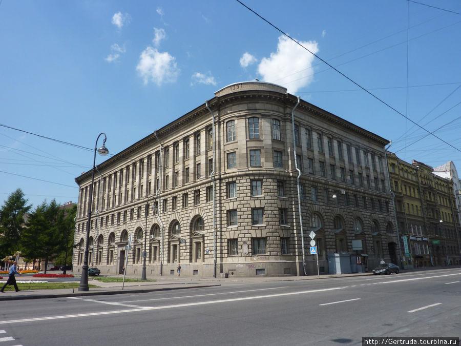 Здание института высокомолекулярных технологий.