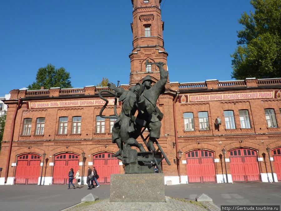 Здание Пожарной части и памятник Подвигу пожарных.