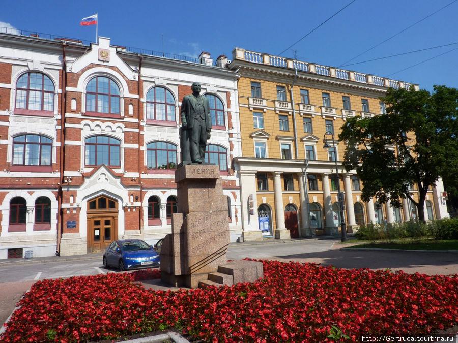 Большой проспект, 55 — Администрация Василеостровского района и памятник Ленину.