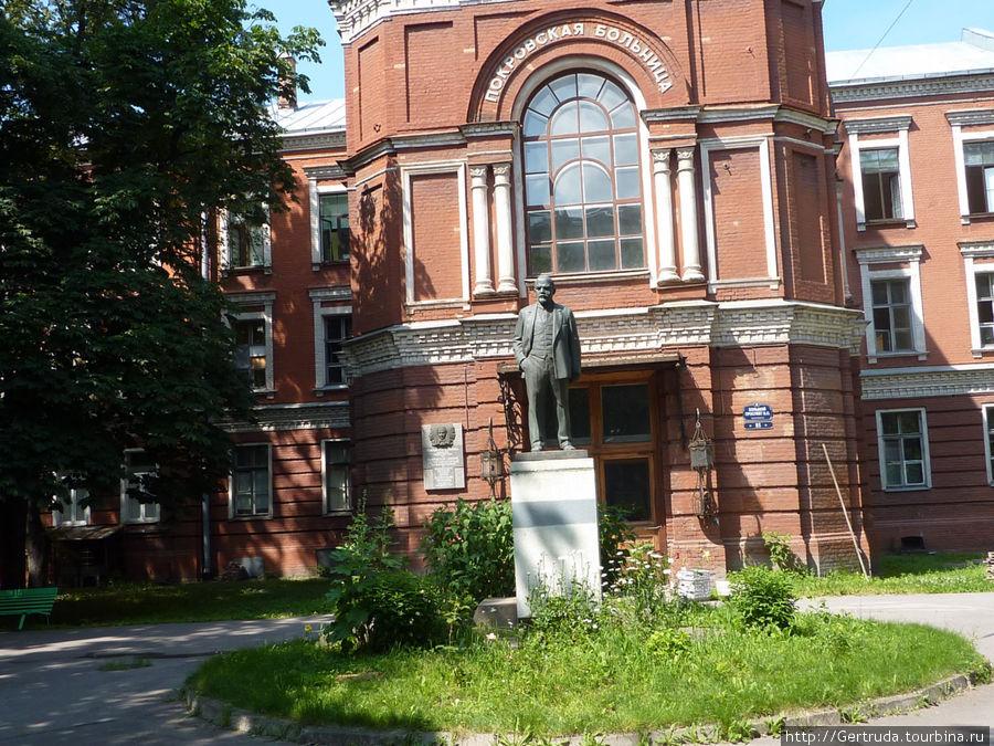 Памятник Ленину у Покровской больницы.