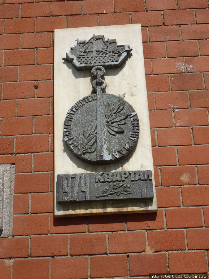 Такой вот  оригинальный памятный знак на здании  Администрации района