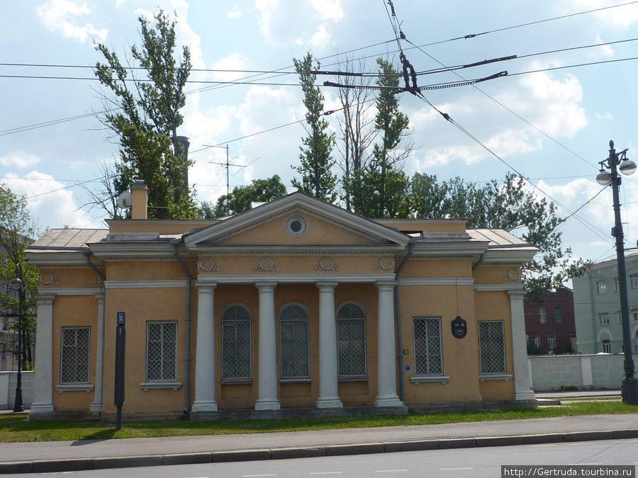 Маленькое старинное здание без вывески напротив Морского вокзала.