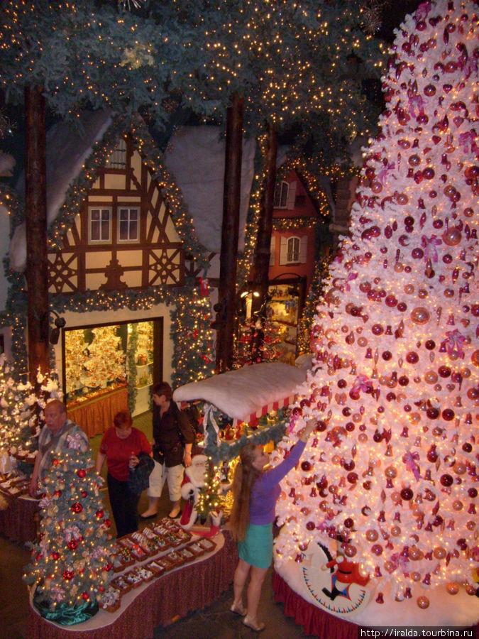 Здесь находится самый большой в мире магазин и музей Рождественских игрушек, он работает круглый год