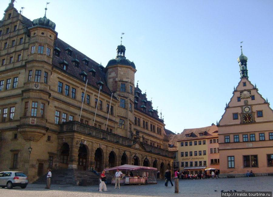 Рядом с ратушей на Рыночной площади стоит «Трактир господ советников» — здание 15 века с часами и с окошками, в которых появляются персонажи «Мастерского питья»