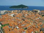 Город на ладони. Вид с самой верхней точки — с башни. Левее центра видно справа от порта казармы гарнизона Дубровника, следующее фото — вид от туда.
