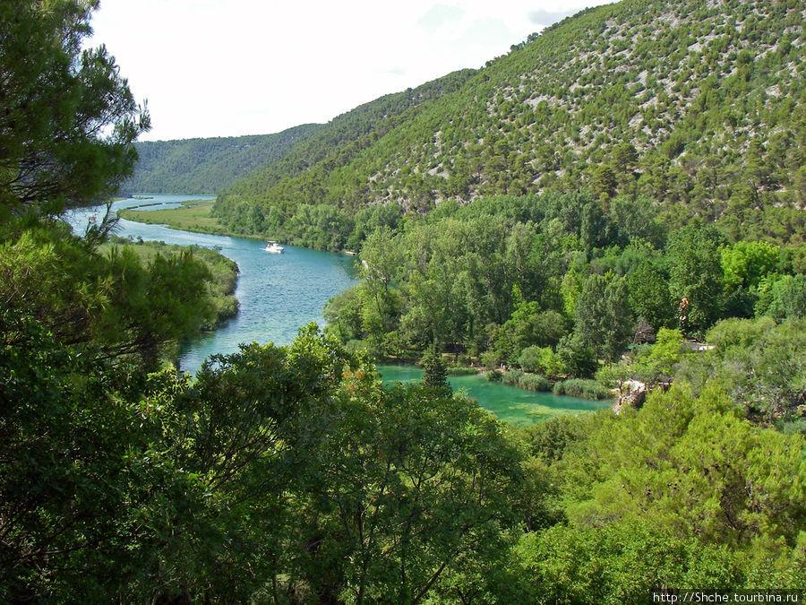вид на долину реки Крка, по которой мы подошли на теплоходе Национальный парк Крка, Хорватия