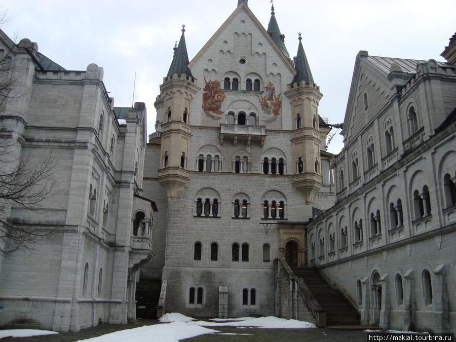 Во дворе замка Нойшванштайн.