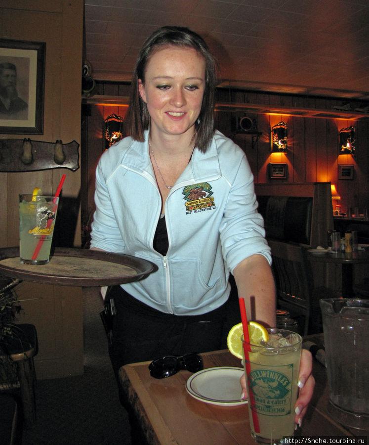 Наша очаровательная официантка. Заметьте, униформа, бокалы с атрибутами салуна