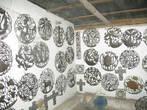 Нас завезли в жестяную мастерскую. Творчество гаитян очень самобытно и неожиданно.