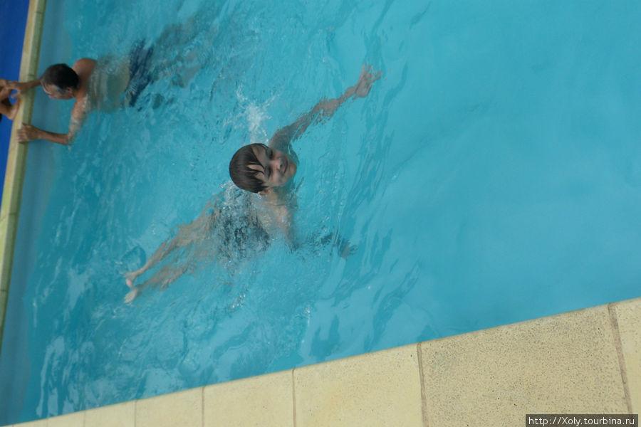 Это мой ребенок балдеет в бассейне.