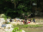 Люди стирают белье в чистейшей горной воде. Стиральных машин нет, так как нет электричества