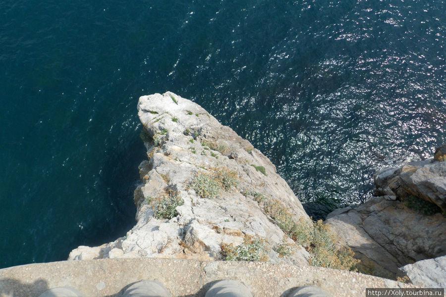 Скала, на которой расположен замок.