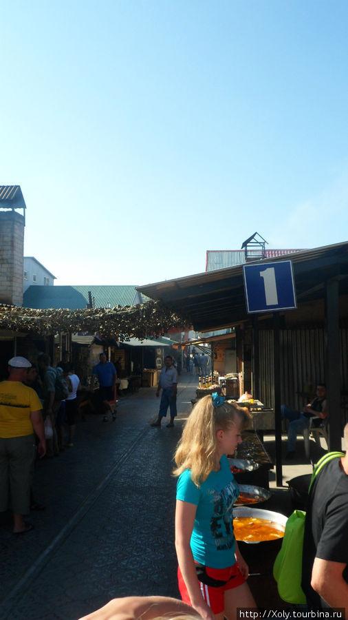 Это базар, где можете вкусно перекусить.