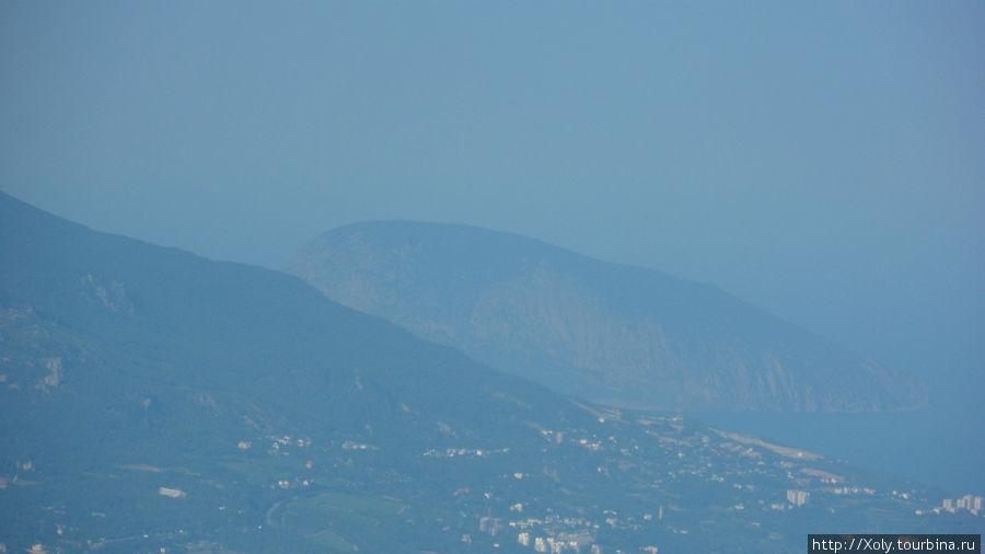 Вдалеке видна Медведь-гора.
