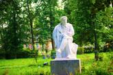 Памятник Ленину. Стоит в парке. Памятник не совсем традиционный.