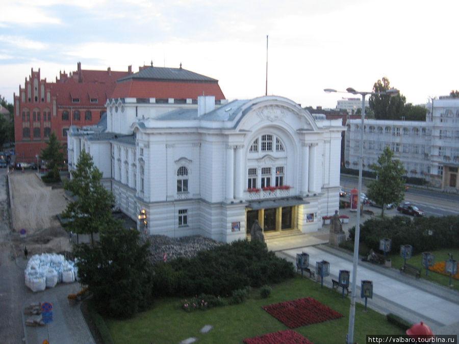 Вид из окна на Театральную площадь.