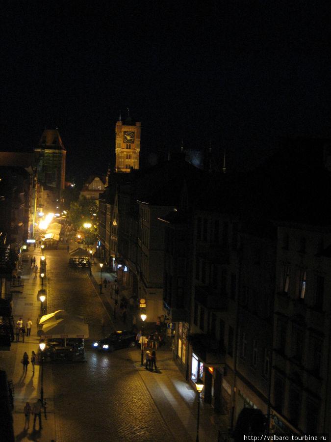 Вид из того же окна на ночной Торунь.