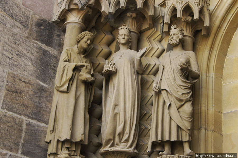 В руках Кунигунды — макет собора