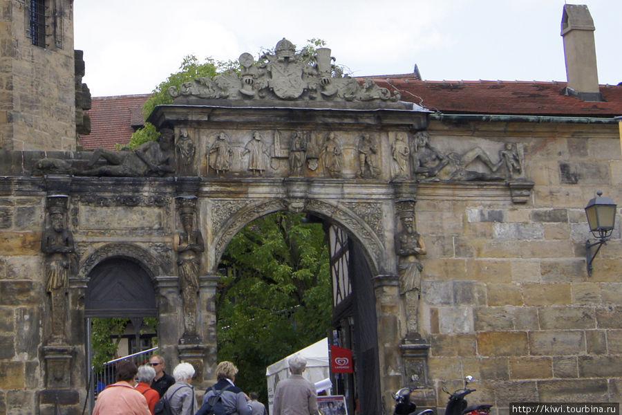 Богатые ворота, вход в Старый Двор