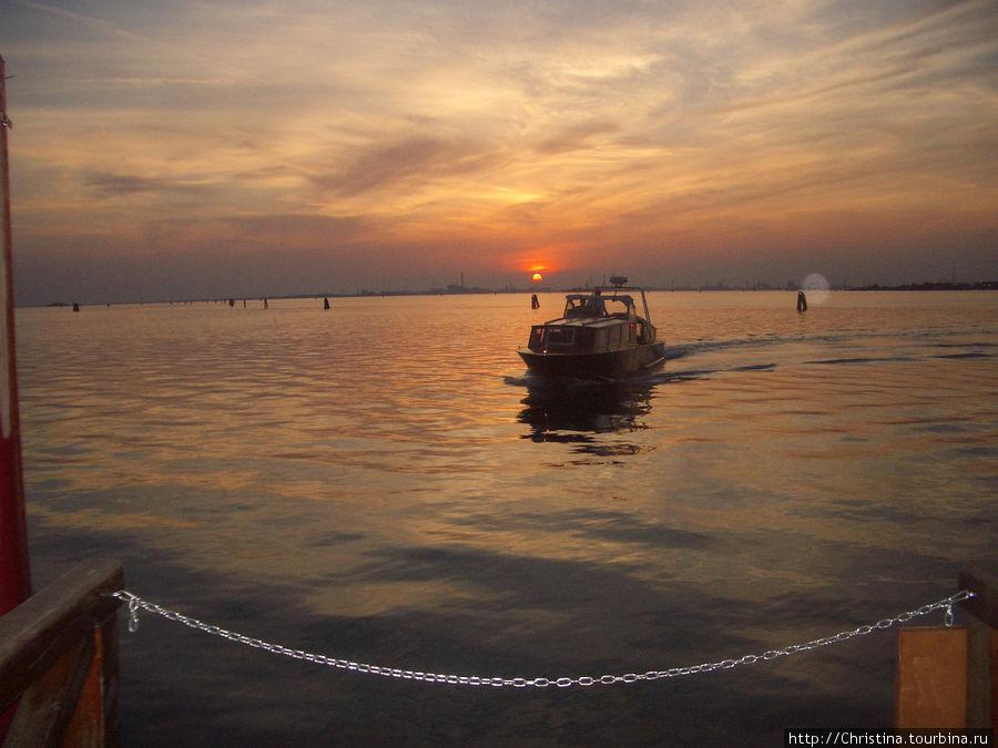Отель Сан-Клементе — остров. Со своим причалом. Очень романтично возвращаться в отель поздно вечером после ужина в Венеции.