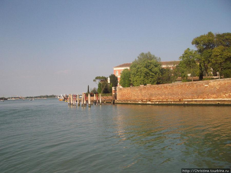 Ежедневные отплытия и прибывания из отеля и обратно в отель делают пребывание в Венеции просто умопомрачительно романтичным и красивым. Все таки так важно. где именно вы живете в Венеции! Порой отель может оставить основное воспоминание ..