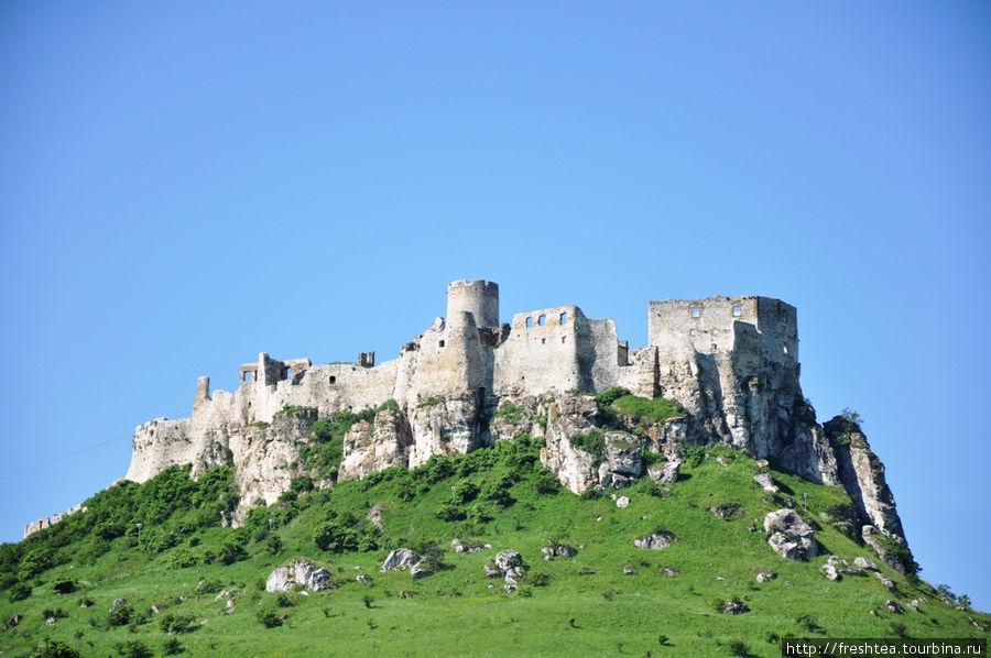 Теперь можно видеть отчетливо донжон (или — из немецк. 'бергфрид'), или главную башню Спишского града, и справа, на углу — дворец, где размещались покои феодалов-владельцев  замка.
