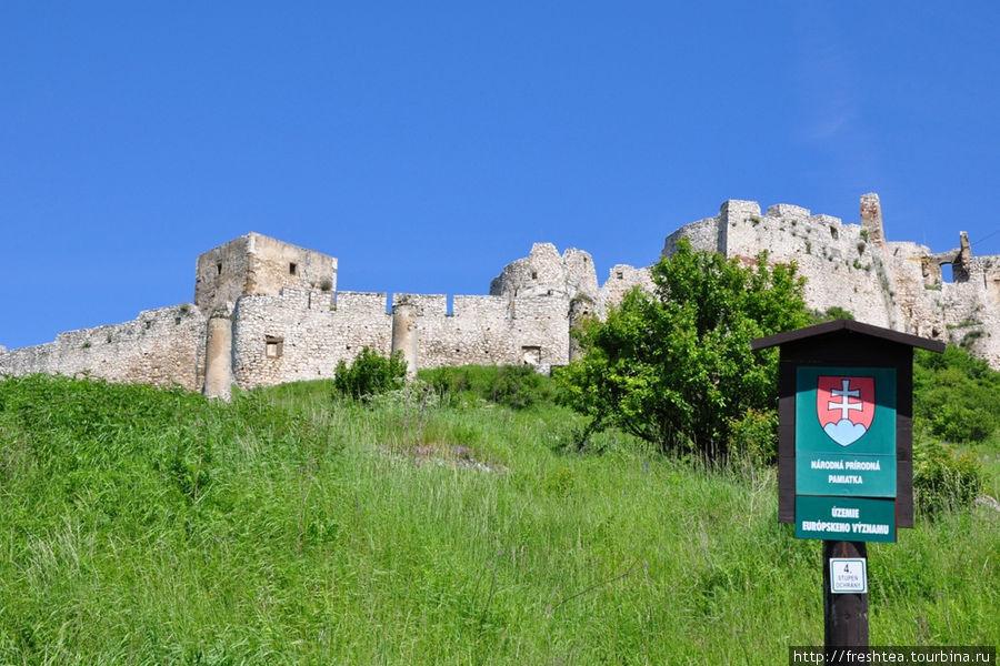 Сам Град — памятник культуры и готической арххитектуры, а вот знак зеленом поле указывает. что он находится на охраняемой природной территории с высокой — 4-ой — степенью
