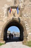 Сегодня — это главный вход в крепость, а когда-то — ворота нижнего двора.