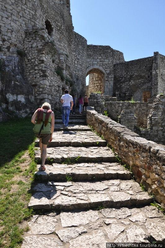 Разные ярусы крепости связывают мощенные камнем переходы и откидные деревянные мосты, что были частью  защитной системы Спишского Града.