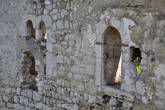 Окна разной величины были устроены в мощной крепостной стене для контроля за подступами к Граду.
