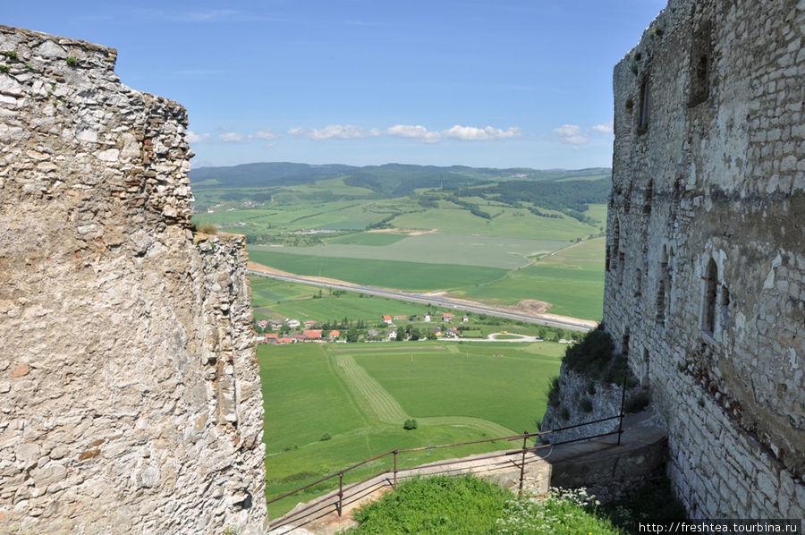 Именно здесь, в Верхнем дворе крепости, чувствуешь масштабность Града и можешь оценить его удачное стратегическое положение — на доломитовых скалах высотой около 200 метров.