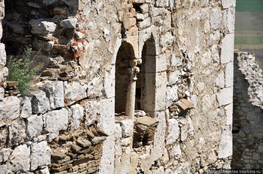 В стиле Спишского Града есть и следы влияния Западной Европы, например, эти изящные барочные окна с колонной, что сохранились на внутренней стороне романского дворца.