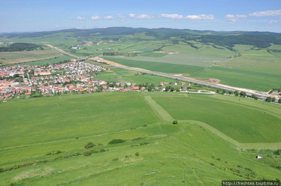 Вид со стен крепости на магистраль Прешов — Попрад и городок Спишское подградье.