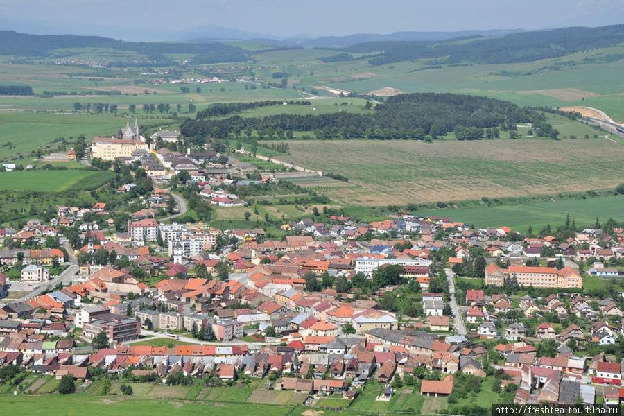 Городок Спишское подградье с церковным комплексом Спишская капитула (на дальнем плане), местом паломничества католиков.