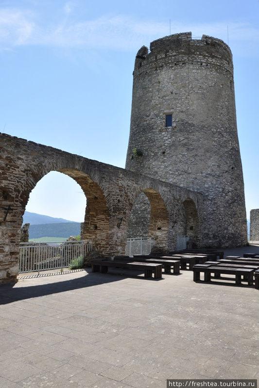 Мощный донжон — будто в средневековых замках на Луаре во Франции. Как и полагается, он — внутри крепости, а не на стене.