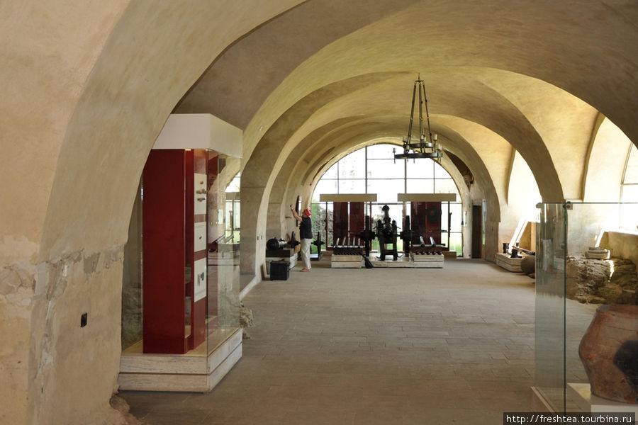 Зал музея с военными доспехами.
