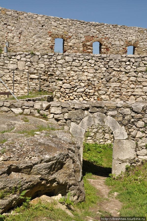 Внутри крепости можно видеть, что она не только обширна по площади, но и многоярусна, причем устроена с учетом неровностей рельефа холма.