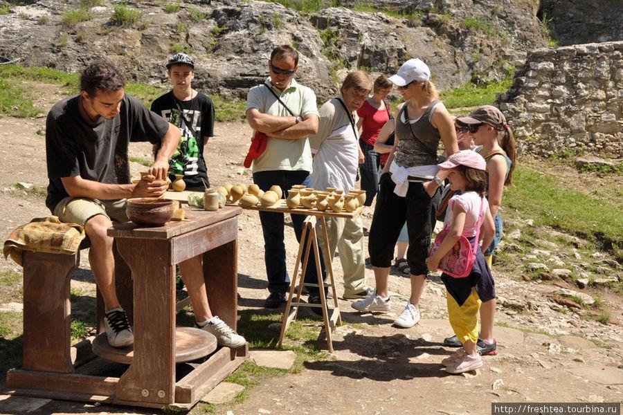 Словацкие умельцы  в крепости не только представляют свои работы в качестве сувениров, но дают уроки мастерства экскурсантам.