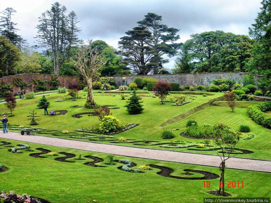 Викторианский сад, окружённый стеной.