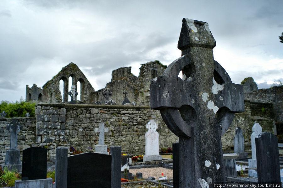 Руины и кладбище Cong Abb