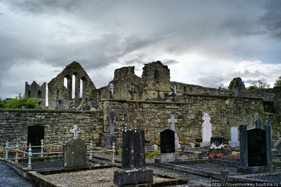 Руины и кладбище Cong Abbey.