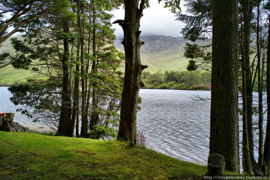 Дорогой вдоль озера от замка к церкви.