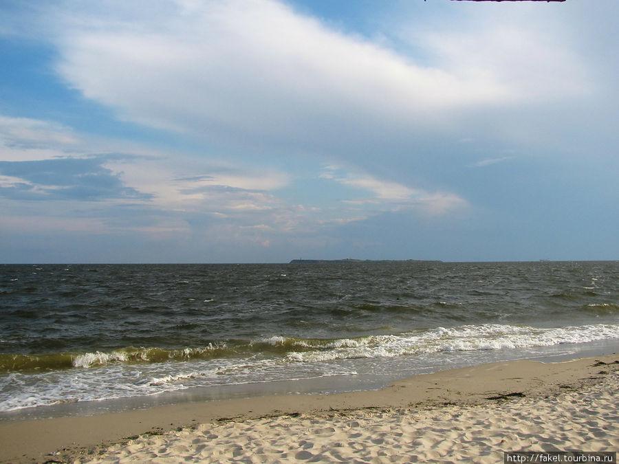 С берега видно остров Березань