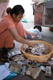 Кто нам говорил про бедность камбоджийцев? Скажите это этой тётке с целой корзиной денег, возможно она с вами согласится.