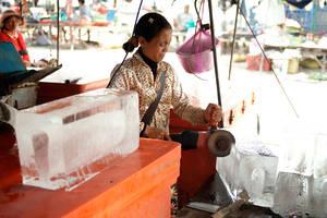Очень важная часть быта камбоджийцев — лёд. Практически любой напиток состоит наполовину изо льда. Лёд позволяет хранить продукты на жаре, ведь электричество в Камбождже есть только в крупных населённых пунктах и вдоль дорог.