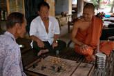 После полудня традиционная игра в шахматы, в Камбодже это национальное развлечение на досуге, как петанк в Лаосе или карточные игры в Китае. Люди приходят в монастырь поиграть в шахматы в сиесту.